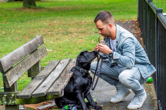 Koos de Wolf en zijn labrador, een puppy van acht maanden. Uit ergernis - en in de hoop om iets aan bewustwording bij te dragen - brengt 'ie op zijn Instagramaccount 'Tilburg je bent er' (@tilburg_jebenter) dagelijks de troep van de stad in kaart.