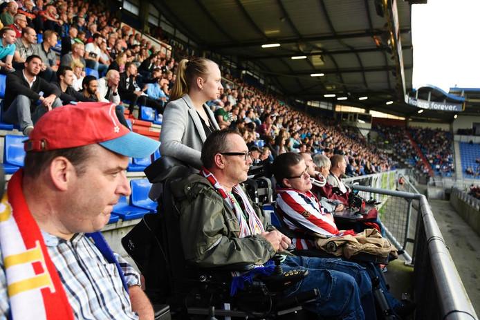 Mensen in een rolstoel hadden de enige onoverdekte plekken in het stadion.