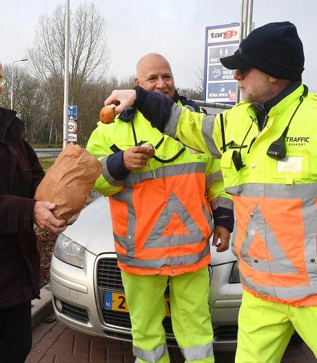 Onderweg naar Grave passeer je Henk en Henk, verkeersregelaars in koude en donkere dagen
