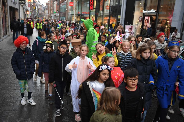 De eerste stoet van het kindercarnaval trekt door de Diestsestraat in Leuven.