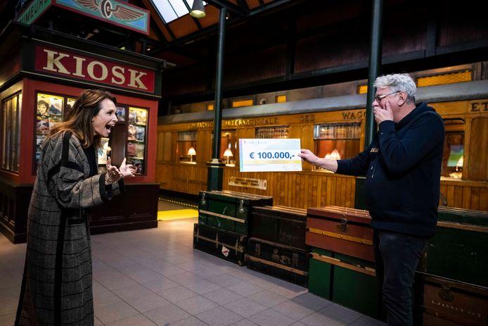 Arjen uit Den Haag ontvangt een cheque van 100.000 euro van de BankGiro Loterij.