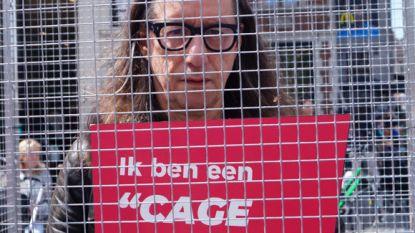 Herman Brusselmans laat zich door GAIA opsluiten om aandacht te vragen voor dieren die in een kooi leven