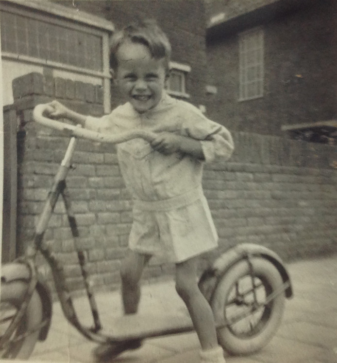 Harrij del Canho, 6 jaar oud,  in de Beatrixstraat in Breda. 'Daar woonden we voor de oorlog. Toen we na de bevrijding terugkeerden, was het huis bezet. Er woonden anderen in.'