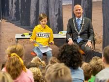 Zeeuws voorleeskampioen leest voor met burgemeester