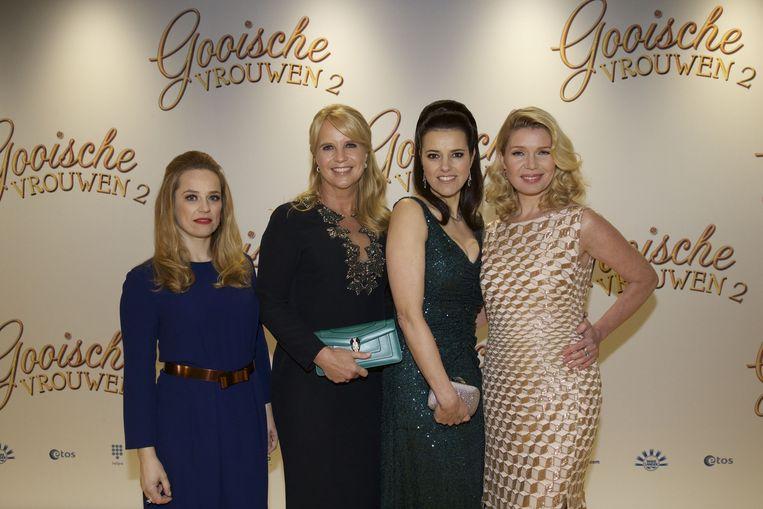 Lies Visschedijk, Linda de Mol, Susan Visser en Tjitske Reidinga op de rode loper bij de première van hun nieuwe film Gooische Vrouwen 2 Beeld ANP Kippa