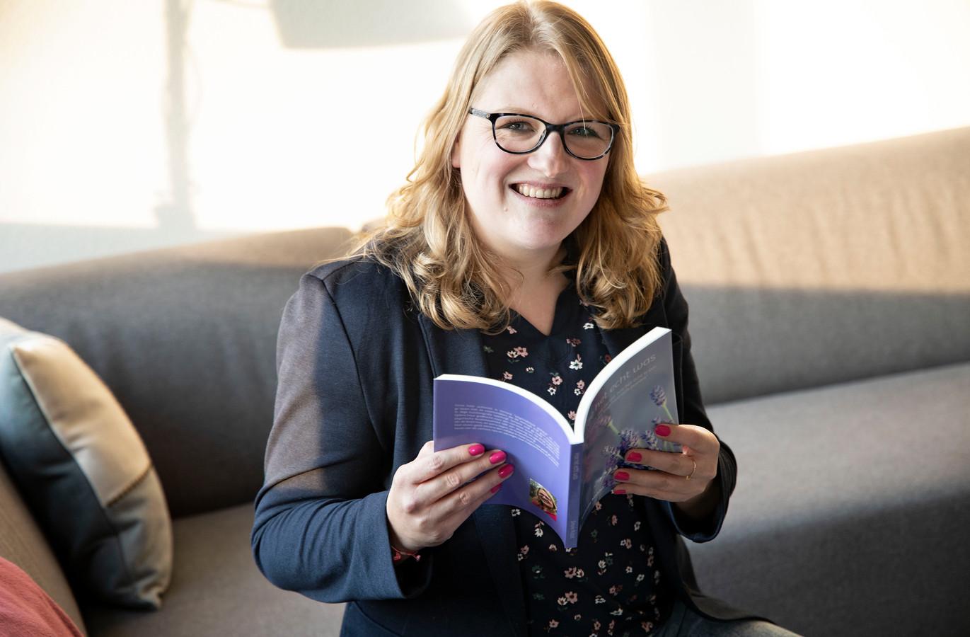 Simone Middel uit Veldhoven met haar boek.