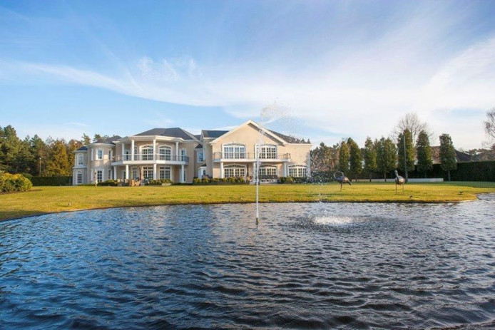 Op het perceel van 5.872 vierkante meter staat het huis met 1.620 vierkante meter aan bewoonbaar oppervlak. De ex-vrouw van Van Hout bleef na de breuk in de gigantische villa wonen die het stel samen liet bouwen.