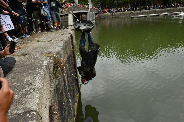Demonstranten in de stad Bristol trokken zondag het standbeeld van  Edward Colston  (1636-1721) van zijn sokkel en dumpten het beeld in een havendok. (3/3))