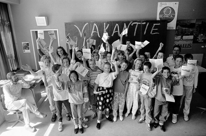 Deze klassenfoto is in 1989 gemaakt op de laatste minuut voor de schoolvakantie. Herkent u kinderen of de docent? Was u erzelf bij? Welke school is dit? Zwaaien de kinderen met hun rapport? We zijn benieuwd.