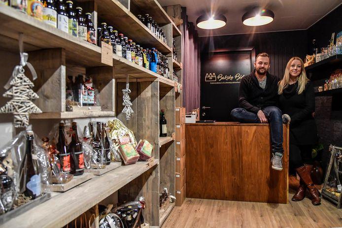 Erika De Decker en Hans Van de Poten in hun nieuwe shop BakskeBier.