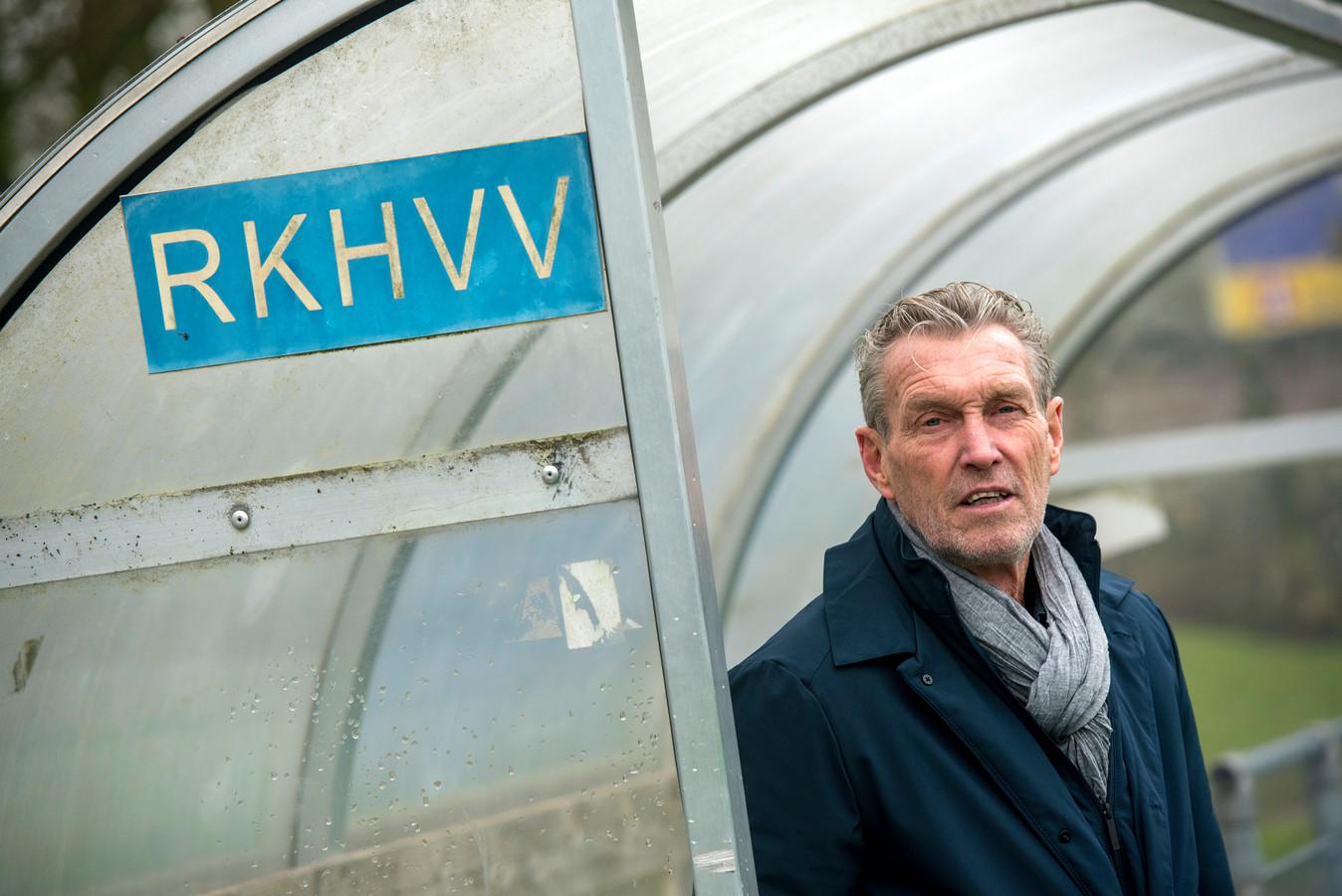 Trainer Bram Braam ziet de selectie van RKHVV steeds verder uitdunnen.