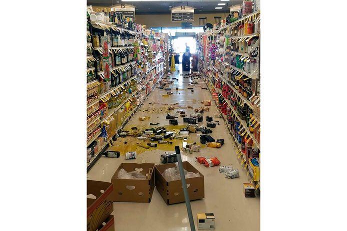 Gebroken flessen en uit de schappen gevallen spullen in een winkel in Lake Isabella, Californië.