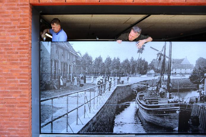 20190227 - Etten-Leur - In plaats van saaie monotone deuren heeft de VVE van een pand aan het Havenkwartier gekozen voor nostalgische afbeeldingen. De garage deuren werden vandaag geplaatst. FOTO: PIX4PROFS/RAMONMANGOLD