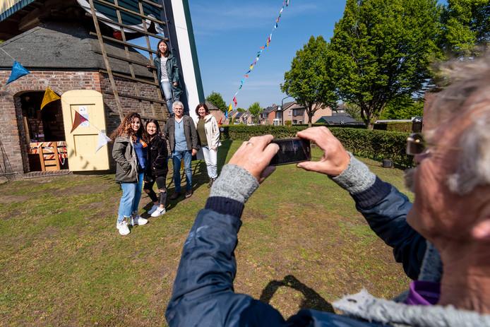 De molenaar in Nistelrode maakt een foto van de familie Peters Rit uit Heesch, die een Italiaanse studente (links) op bezoek heeft.