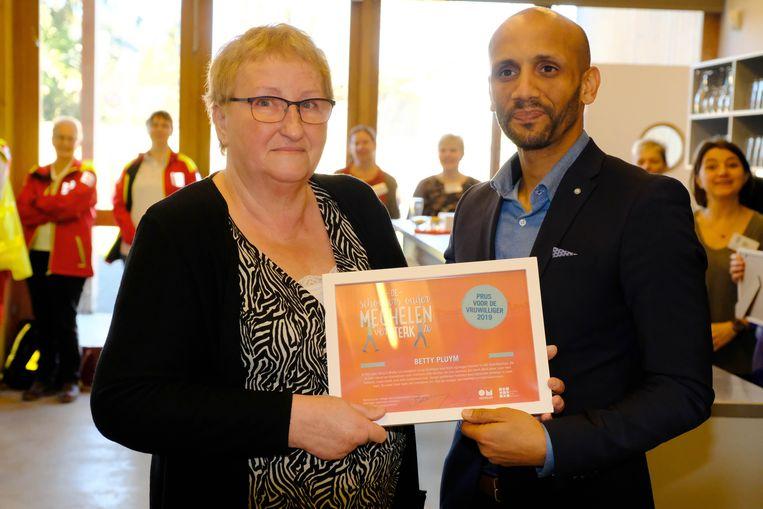 Betty Pluym kreeg de Prijs van de Vrijwilliger uit handen van schepen Abdrahman Labsir.