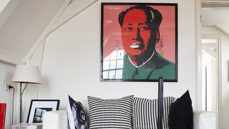 Lamp: Alle smeedijzeren lampen komen uit de antiekwinkel van mijn moeder en zijn door haar zelf ontworpen. Mao: De Mao Zedong is geen echte Andy Warhol natuurlijk, het is oud reclamemateriaal van De Bijenkorf. Slechts één keer heeft iemand gevraagd: vinden jullie het niet gek dat er een dictator boven jullie bank hangt? Voor ons is het gewoon een vrolijk, kleurrijk ding.' Beeld Barbara de Hosson