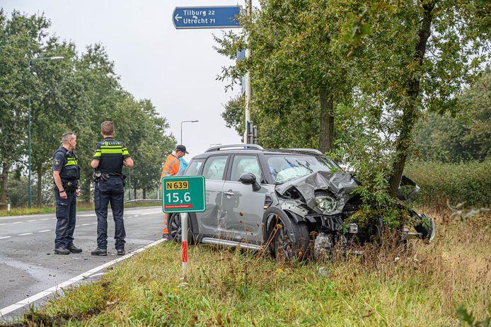 Automobiliste botst tegen boom in Ulvenhout, slachtoffer naar ziekenhuis
