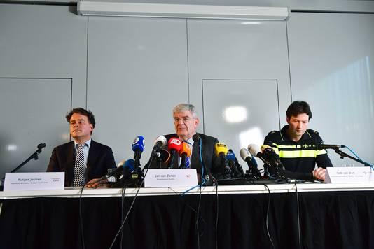 Burgemeester Jan van Zanen (M) geeft met Rob van Bree (L) van politie Midden-Nederland en Rutger Jeuken van het Openbaar Ministerie (OM) een toelichting op de schietpartij in de stad.