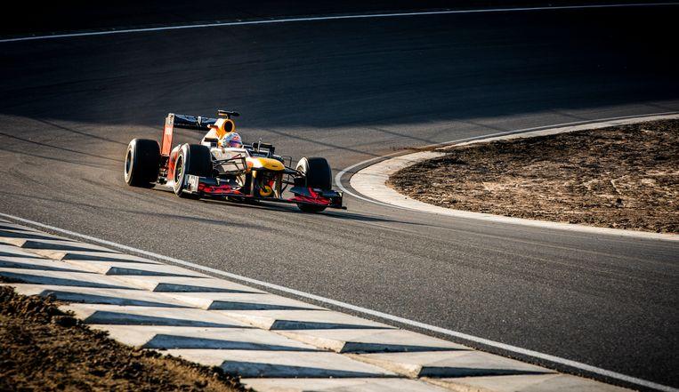 Max Verstappen rijdt op 4 maart in een Formule 1-auto van Red Bull uit 2012 het eerste officiële rondje over het vernieuwde circuit van Zandvoort. Beeld Freek van den Bergh