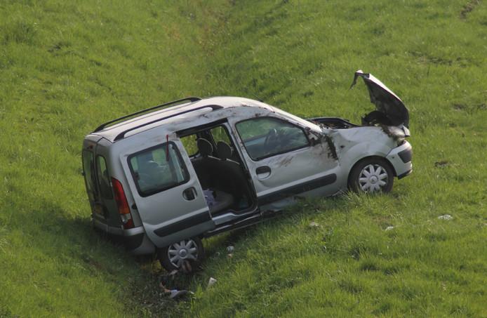De auto belandde door nog onbekende oorzaak in een greppel naast de A15 bij Echteld.