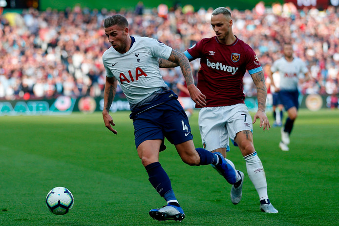 Toby Alderweireld (links) in duel met Marko Arnautovic van West Ham United.
