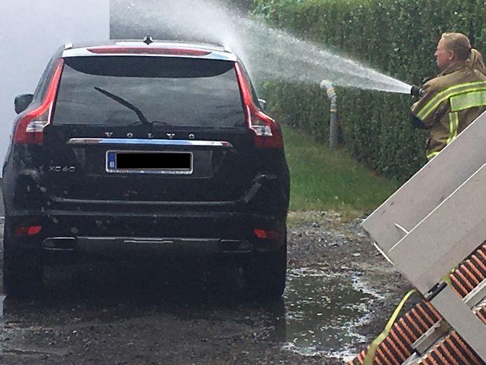 Ook een Volvo XC60 raakte besmeurd en moest afgespoten worden