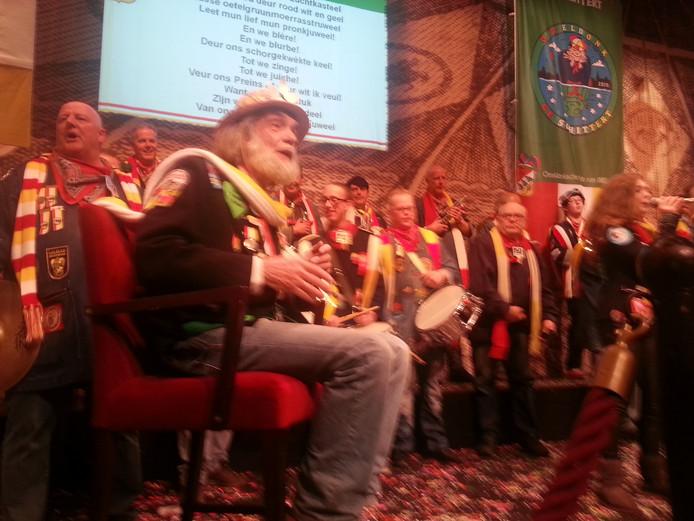 Cor Versteeg tijdens het Kwekfestijn in het Theater aan de Parade.
