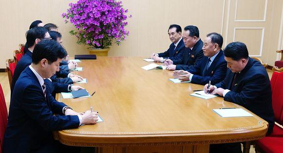 De Zuid-Koreaanse delegatie in gesprek met de Noord-Koreanen.