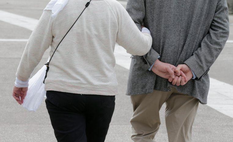 Een gepensioneerd echtpaar aan het wandelen. Beeld Reuters