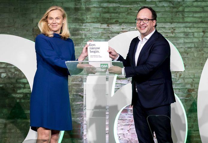 Voorzitter van de programmacommissie Wouter Koolmees overhandigt het verkiezingsprogramma aan lijsttrekker Sigrid Kaag tijdens het partijcongres van D66. De bijeenkomst wordt grotendeels online gehouden, vanwege de maatregelen rondom het coronavirus.