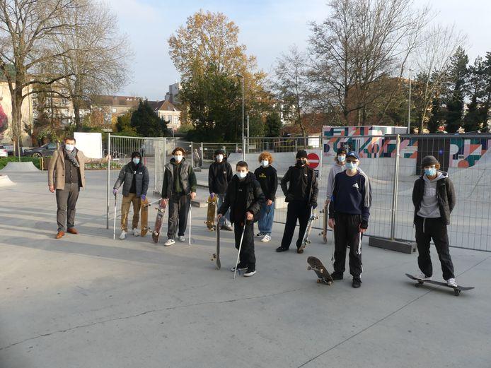 Enkele skaters met jeugdschepen Rutger De Reu.