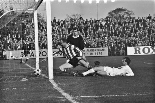 Telstar - PSV in 1965: Fons van Wissen probeert met zijn hand nog een doelpunt te voorkomen van Ger Clement van de club uit Velsen.