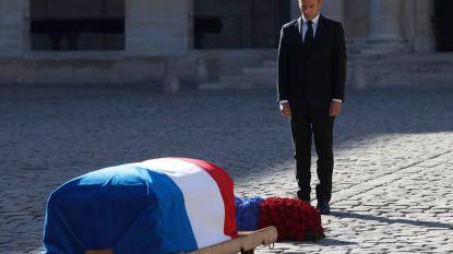 IN BEELD. Macron eert Aznavour in hartje Parijs