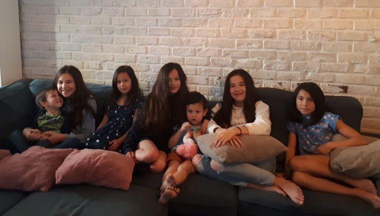 """Zeven van de tien kindjes van Sandra: Noah, Maïte, Lente, Anne-Sophie, Finn, Julie en Ella. """"De grootsten willen natuurlijk niet meer op de foto staan"""", lacht Sandra."""