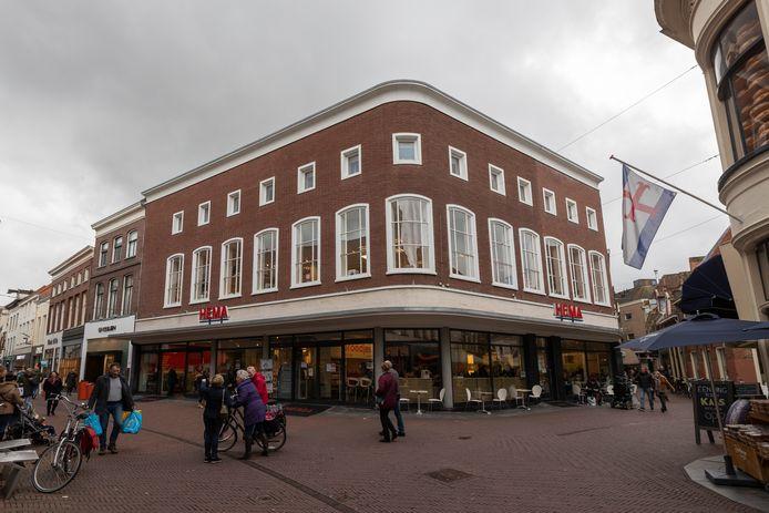 De Beukerstraat in het centrum van Zutphen, eerder dit jaar. Om binnenstadbezoekers in deze coronatijden veilig door het centrum te kunnen laten lopen plaatst Zutphen harten op de grond. Deze harten wijzen bezoekers de weg.