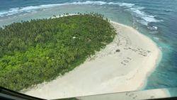 Gestrande zeelieden na drie dagen gevonden dankzij SOS in het zand