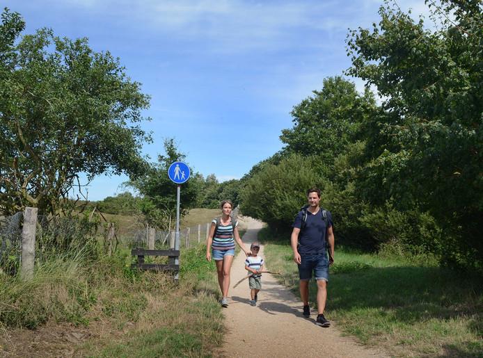 Alexandra , Maximilian (3 jaar) en Victor Rohrmeier hebben hun fiets geparkeerd langs de Moolweg en wandelen over het voetpad langs de Zeepeduinen. De gemeente wil het pad uitbreiden met een fietsstrook. Volgens tegenstanders wordt dat te krap en vragen om ongelukken.
