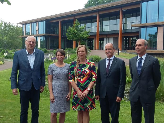 Het huidige college van Brummen in betere tijden. Vlnr: Eef van Ooijen (PvdA), Jolanda Pierik (CDA), de inmiddels opgestapte Margriet Wartena (Lokaal Belang), burgemeester Alex van Hedel en Peter-Paul Steinweg (VVD).