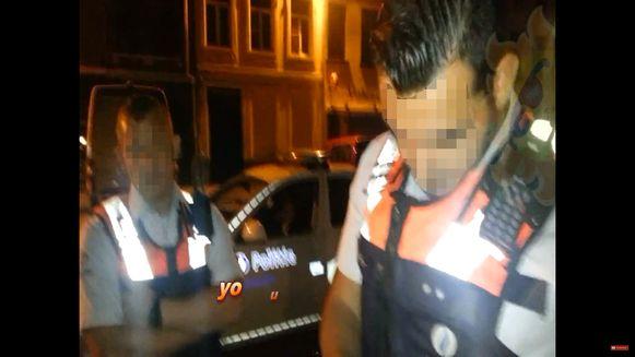 In maart 2016 kwam de Antwerpse politie in het oog van de storm terecht, toen bleek dat enkele agenten illegalen verplichtten hun geld af te geven. Onder meer 'den Albanees' (l.) zou vluchtelingen bestolen hebben.