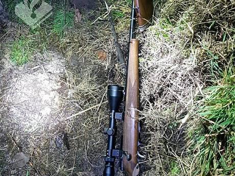Stroper rent weg en laat jachtgeweer achter in Beek en Donk