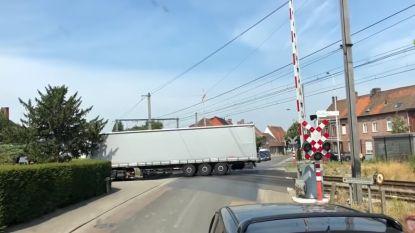 VIDEO. Trucker draait op overweg, maar komt hopeloos vast te zitten