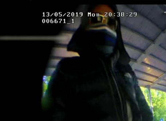Een van de oplichters bij het bankautomaat in een winkelcentrum in Zwolle.
