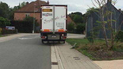 Geparkeerde vrachtwagens maken buurt onveilig