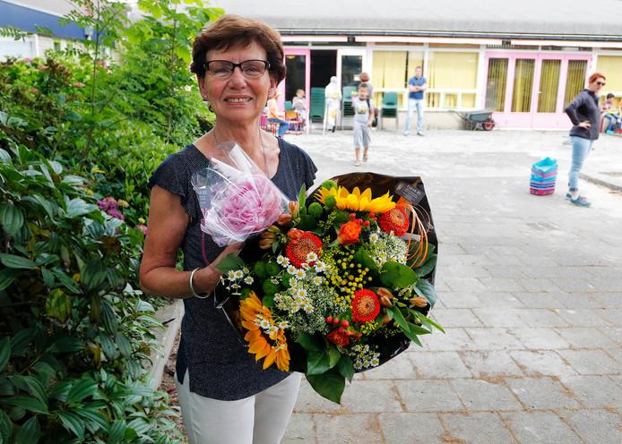 Een mooie bos bloemen als bedankje voor Trudy Alonso. Ze was maar liefst 32 jaar overblijfmoeder op basisschool 't Carillon in Etten-Leur.