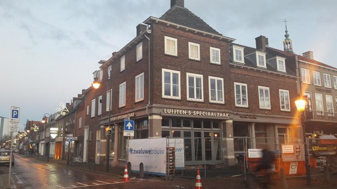In het pand van de voormalige verf- en behangwinkel Luijten komt het nieuwe grand café Mart 9.