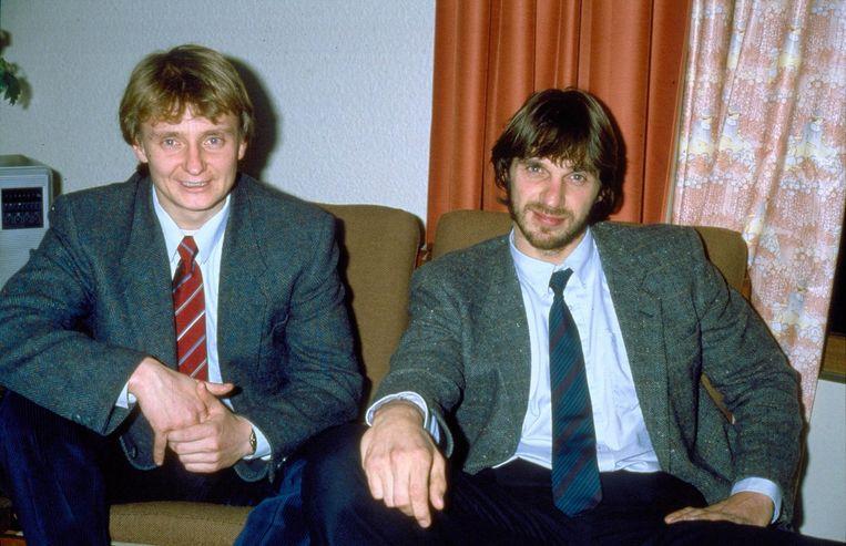 Cor van Hout (links) en Willem Holleeder in een hotel in Frankrijk in 1975. Beeld anp