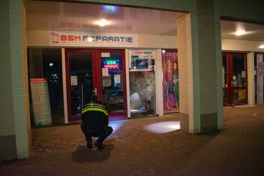 De politie doet onderzoek bij de winkel in Bemmel