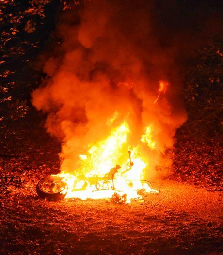 Scooter in vlammen op aan Professor Cobbenhagenlaan in Tilburg