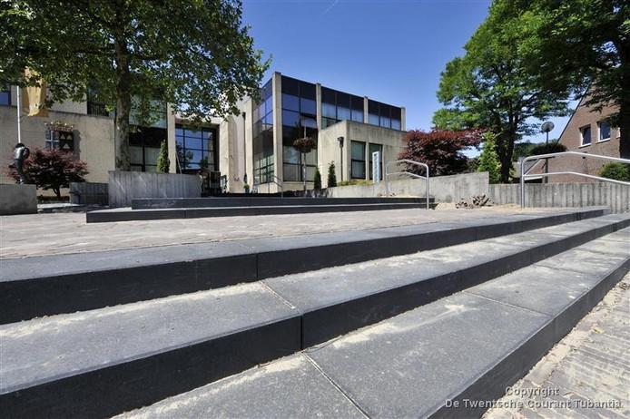 Ambtenaren gaan flexibel werken waardoor ruimtes leeg komen in het gemeentehuis. Tubbergen Bruist zoekt er een goede invulling voor, zoals een bioscoop of een café.