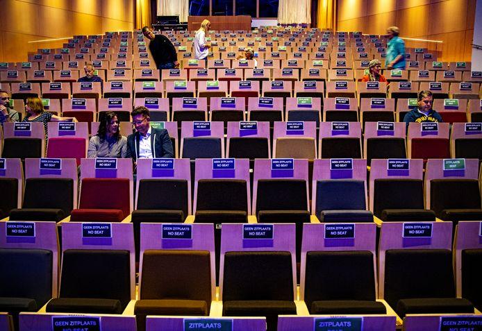 Bezoekers van Muziekgebouw Eindhoven zoeken hun weg in de kleine zaal, voorafgaand aan het concert van pianist Matteo Myderwyk op 11 juni. Dit was het eerste concert in het Muziekgebouw sinds de coronamaatregelen ingingen.